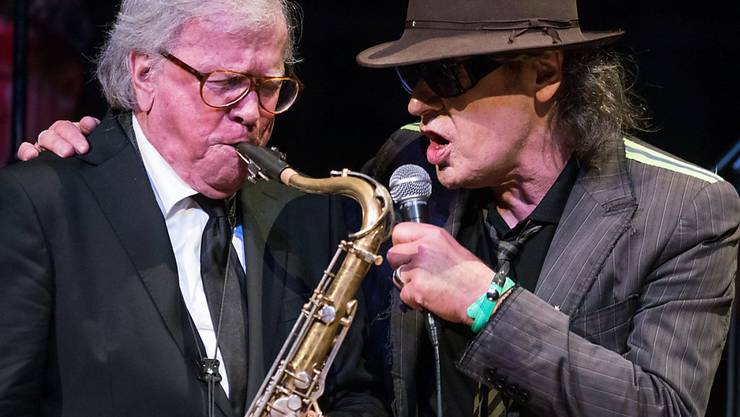 Klaus Doldinger (l) musiziert mit seinem früheren Drummer Udo Lindenberg anlässlich eines Konzerts zu seinem 80. Geburtstag am Donnerstag in der Tonhalle in Duesseldorf.