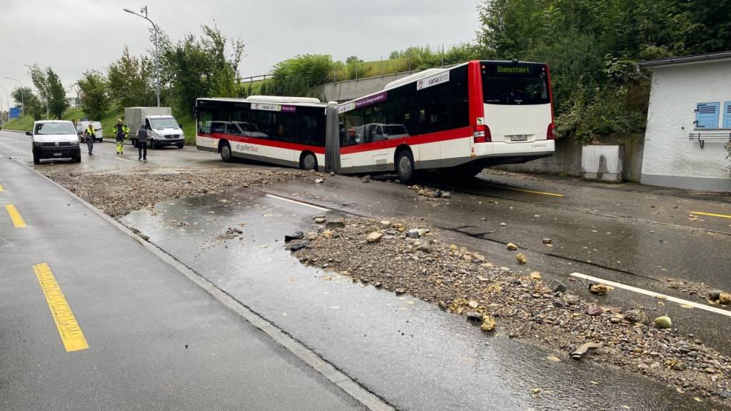 Ein Bus ist in St. Gallen in ein Loch eingebrochen, das durch einen Wasserrohrbruch entstanden war.