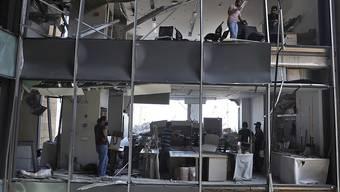 Anwohner stehen in einem Gebäude, das durch die massive Explosion im Hafen von Beirut stark beschädigt wurde. Auch eine Diplomatin der deutschen Botschaft ist unter den mehr als 130 Toten. Foto: Bilal Hussein/AP/dpa