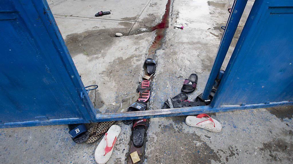 Von geflohenen Häftlingen am Gefängnistor zurückgelassene Sandalen