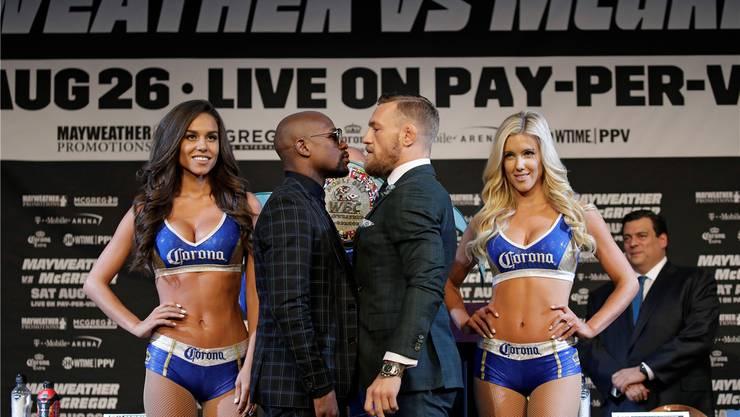 «McGregor ist ein Idiot und ein Zirkusclown. Ich bin eine lebende Legende, vergleicht ihn nie mit mir.» Floyd Mayweather (links) und das grosse Ballyhoo vor dem Kampf gegen Conor McGregor.Keystone