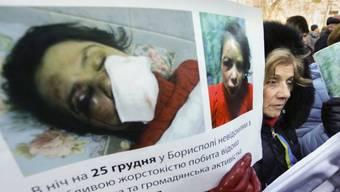 Demonstranten mit dem Bild der verletzten Journalistin (Archiv)