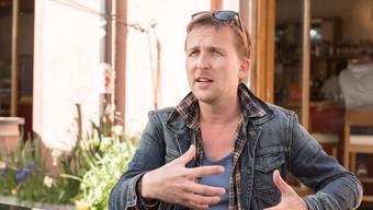 Theaterregisseur Boris Niktin im Gespräch vor der Kaserne Basel.