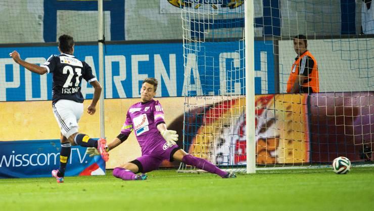 Dario Lezcano (links) schiesst das 1:0 gegen Aarau-Goalie Joel Mall.