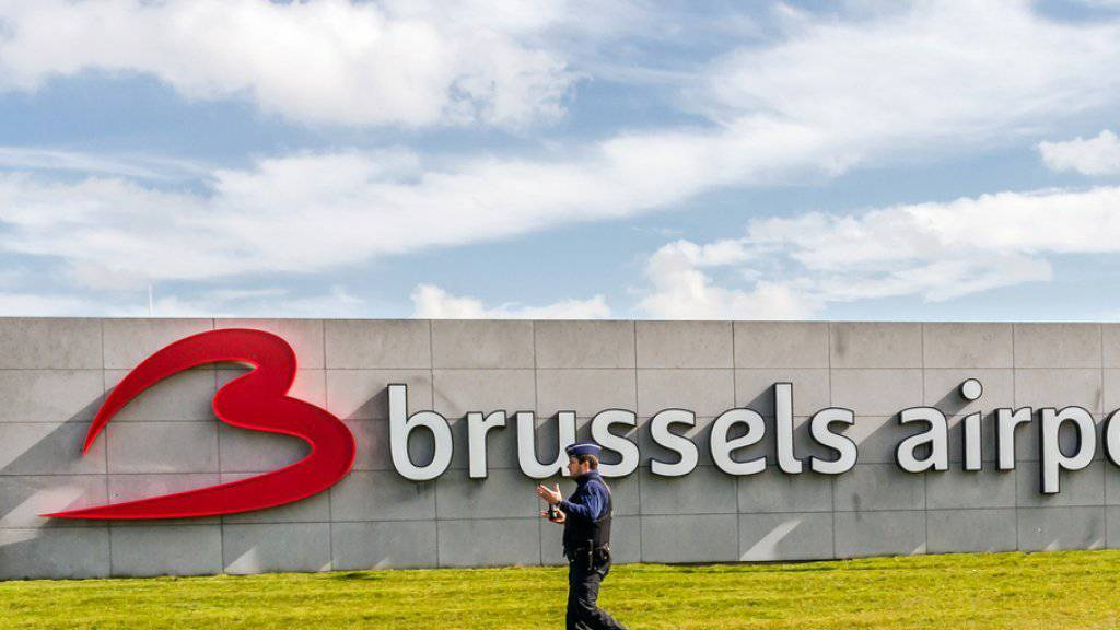 Ein Polizist patrouilliert am Brüsseler Flughafen.