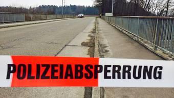 Die beschädigte Autobahn-Überführung bleibt gesperrt.