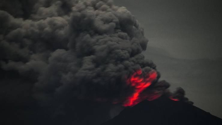 Eine Langzeitbelichtung zeigt eindrücklich, wie der Vulkan Mount Agung heisse Asche speit.