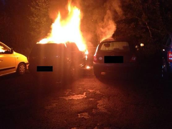 Auch die beiden Autos, die neben dem brennenden Wagen parkiert waren, wurden erheblich beschädigt.
