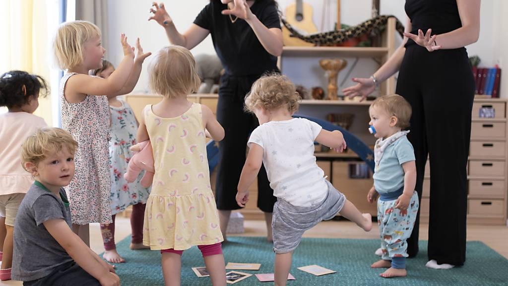 Pro familienextern betreutes Kind und Jahr soll man künftig bis zu 25'000 Franken von den Steuern abziehen können. Das Parlament nimmt einen neuen Anlauf für die bessere Vereinbarkeit von Familie und Beruf. (Themenbild)