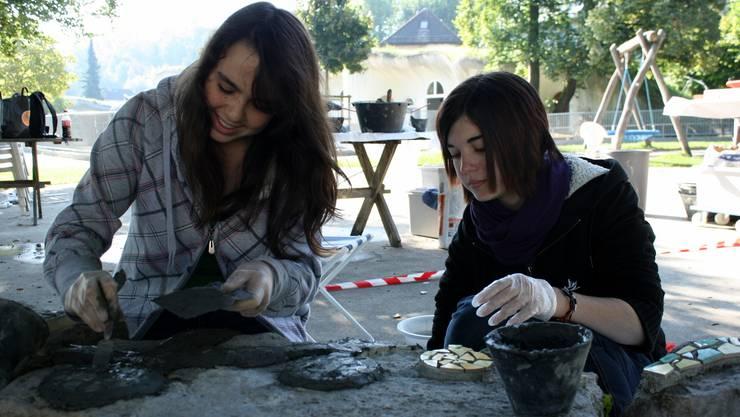 Die Schülerinnen arbeiten geduldig und schnell, damit der Untergrund nicht eintrocknet