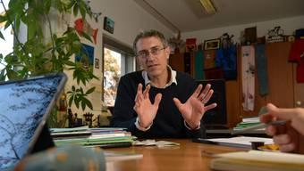 In seinem Büro an der Socinstrasse in Basel häufen sich Erinnerungen an zahlreichen Reisen in den Tropen: Professor Utzinger spricht mit sichtlicher Leidenschaft von der Entwicklungen des Swiss TPH.