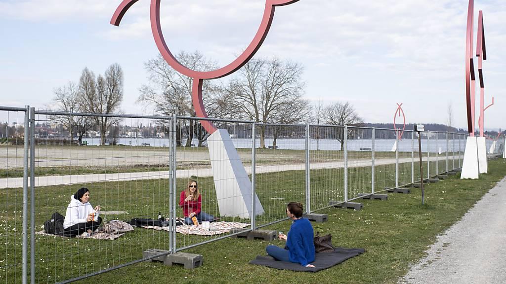 Menschen verweilen um den Zaun an der Grenze zu Deutschland zwischen Kreuzlingen und Konstanz, aufgenommen am 17. März in Kreuzlingen.