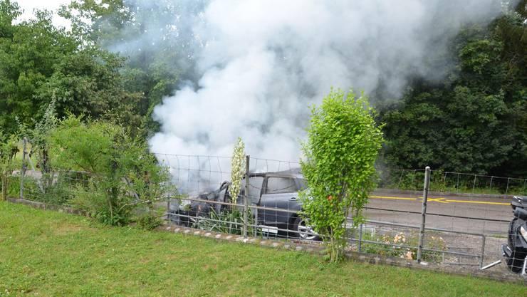 Im Itinger Gebiet Fluhblick brannte am Sonntag ein Personenwagen.