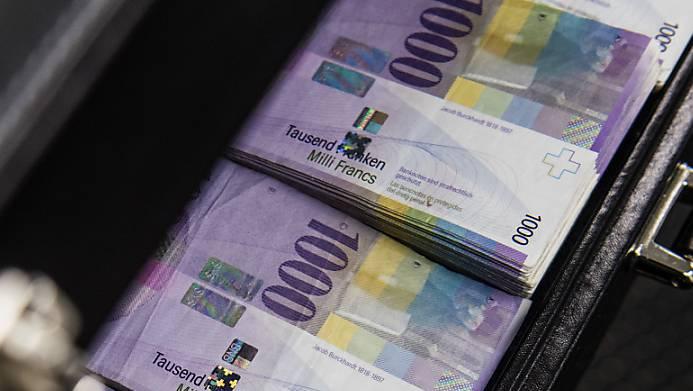 Der Mann übergab einer unbekannten Frau mehrere 10'000 Franken.  (Symbolbild)