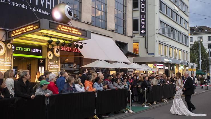 Schaulustige warten vor dem Kino Corso auf die Ankunft der Premieren-Gäste.