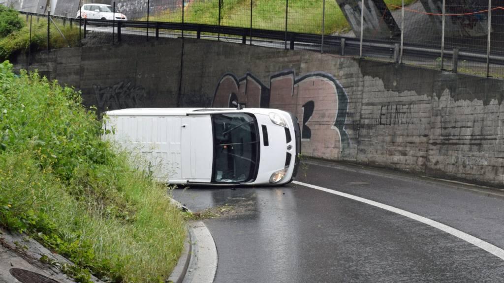Lieferwagen kippt in Ebikon, niemand verletzt