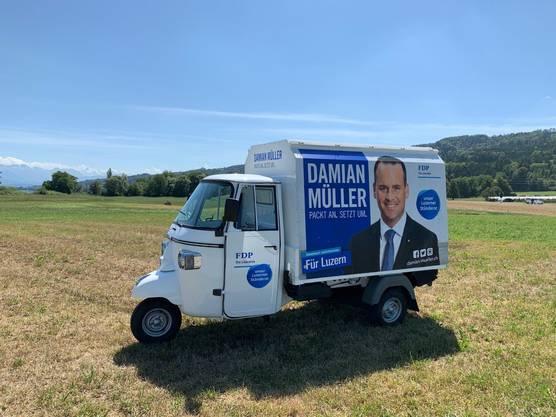 Der Luzerner FDP-Ständerat Damian Müller tourt mit einem «APE» durch den Kanton Luzern.