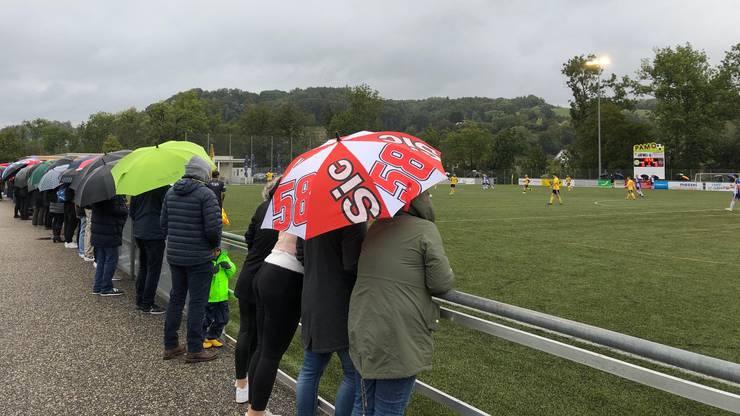 Beim FC Gränichen organisieren sich die Zuschauer selbst und stehen aufgereiht am Spielfeldrand.