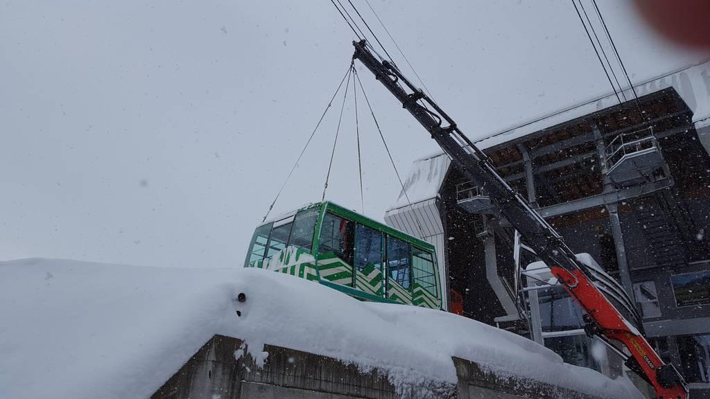 Die Kabine der Säntisbahn wird mit dem Kran weggehoben