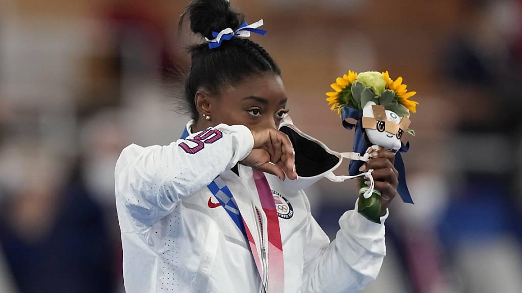 Simone Biles zeigt mit Bronze um den Hals Emotionen.