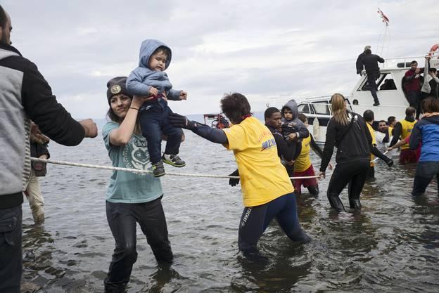 Zuerst werden Kinder und Frauen an den Strand gebracht