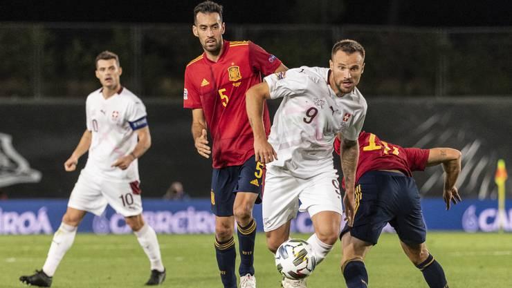 Spaniens Sergio Busquets im Duell mit dem Schweizer Nationalspieler Haris Seferovic.