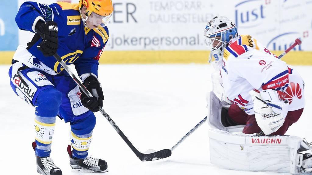 Perttu Lindgren von Davos, links, gegen Torhüter Luca Boltshauser von Kloten, beim ersten Playoff-Viertelfinalspiel.