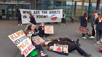 Klimajugend demonstriert vor der Messe Zürich, wo der Kantonsrat tagt.