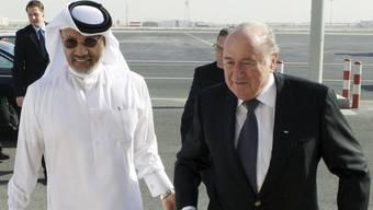 Fifa-Präsident Sepp Blatter wird von Mohammed bin Hammam im Jahr 2010 herzlich in Doha, Katar, empfangen