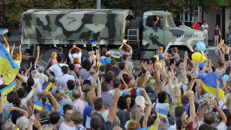 Die Demonstranten feiern die Soldaten der ukrainischen Armee.
