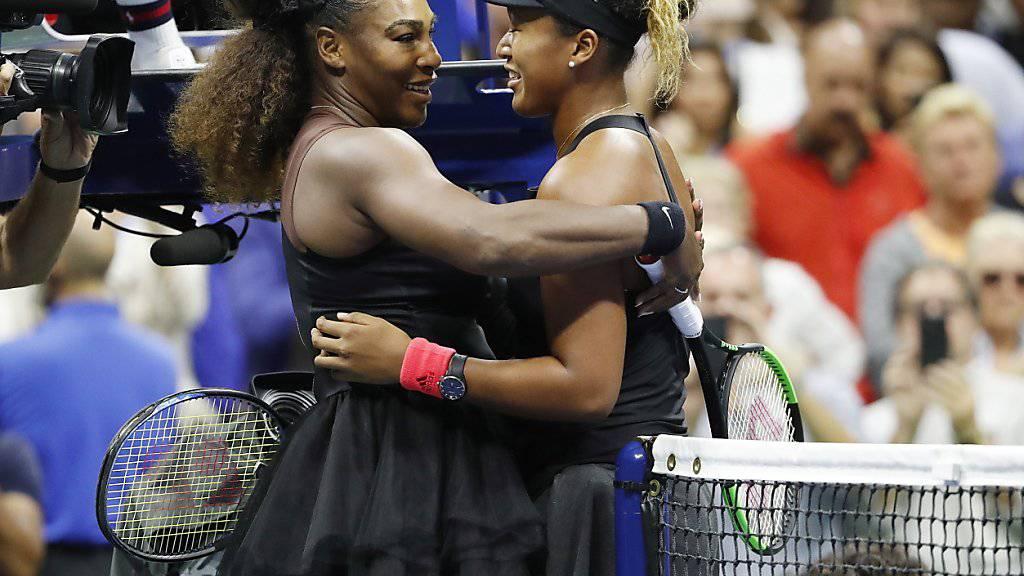 Serena Williams (links) gratuliert Naomi Osaka zum ersten Grand-Slam-Titel