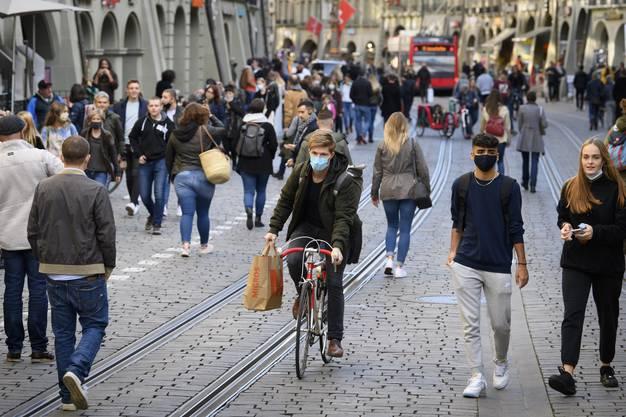Passanten in Bern: Für das Ansteckungsrisiko spielt auch die Dauer eine Rolle, während der man Leuten nahe kommt.