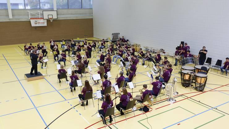 Die jungen Musikantinnen und Musikanten in der Raiffeisen-Arena Hägendorf.