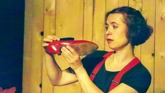 Die Schauspielerin beim Üben ihrer Rolle mit der kleinen Raupe.