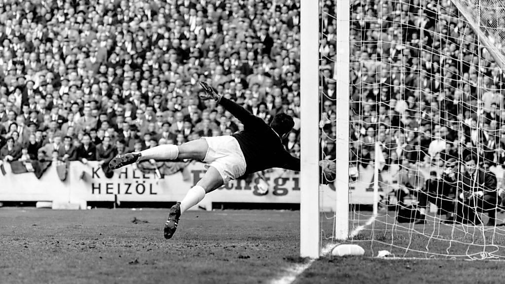 Kurt Stettler hält sein Tor im Cupfinal 1963 gegen GC rein