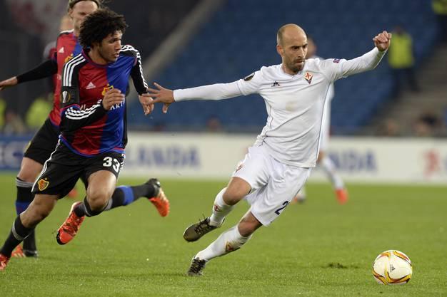 Mohamed Elneny kommt gegen Borja Valero einen Schritt zu kurz.