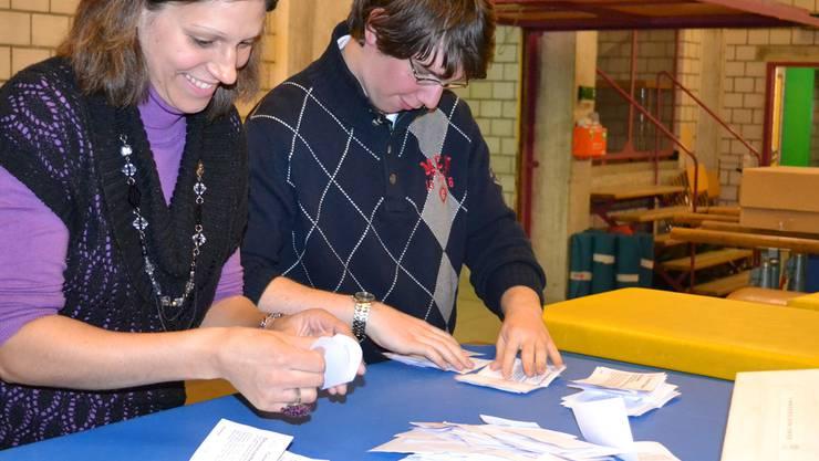 Auszählung der Stimmzettel vor fünf Wochen im Materialraum der Turnhalle Eggenwil: In geheimer Abstimmung war das Schulprojekt gescheitert, jetzt steht das Referendumsbegehren auf dem Prüfstand.