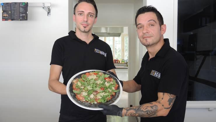 Armend Hajdaraj (links) und Pieter Perlepi präsentieren die Pizza P&A.