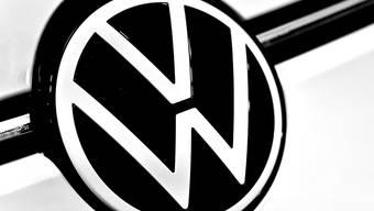 Volkswagen ruft weltweit knapp 230'000 Fahrzeuge der Marken VW und Porsche wegen Problemen mit dem Airbag in die Werkstätten. (Archiv)