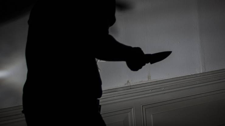 Einer der Täter hat das Opfer mit einer Stichwaffe schwer verletzt. (Symbolbild)