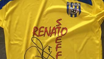 Das brandneue FC Frick-Dress der Frauen mit Sponsor Renato Steffen