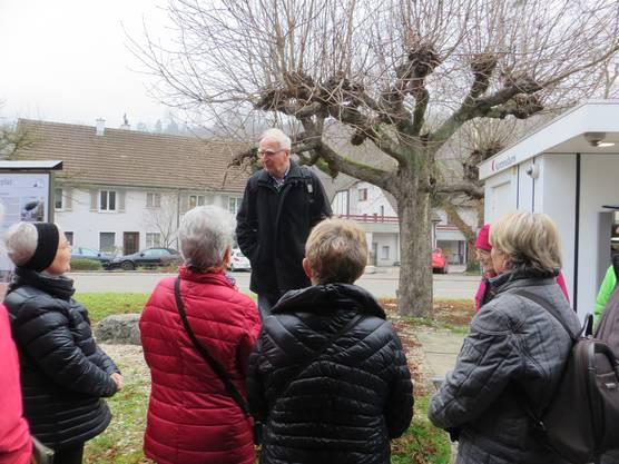 Wanderleiter Theo Haug bei der Erklärung vom Weg