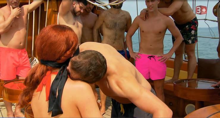Auch Schreiner Daniel stellt seine Kussfähigkeit unter Beweis.