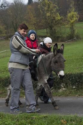 Karin Kummer (links) und Christine Benz sorgen dafür, dass Nico nicht vom Esel hinunterfällt.