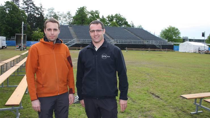 Die beiden Vize-OK-Präsidenten Philipp Sterki und Thomas Zindel sehen dem Kantonalschwingfest von morgen Sonntag auf der Chantierwiese gelassen entgegen – Zindel steigt dabei selbst in die Hosen.