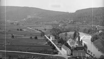 Die Spitaläcker über der Limmat mit der Spinnerei Spörry (1886). Hinten die unbebaute Aue und die Eisenbahnbrücke nach Wettingen.