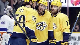 Schweizer Gratulanten: Nashvilles Captain Roman Josi (links) und Yannick Weber (rechts) gratulieren ihrem Teamkollegen Craig Smith zu dessen erstem Hattrick in der NHL