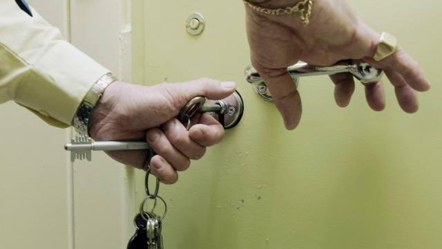 Gefängniswachmann schliesst Zellentür (Symbolbild)