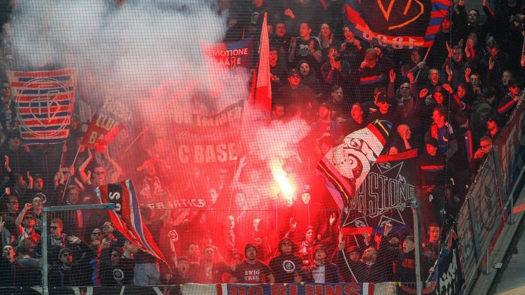 Während dem Spiel zündeten die Basel-Anhänger auch diverse Pyros.