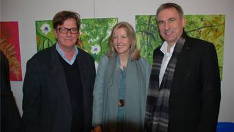 Die Künstlerin Béatrice Bircher, umrahmt von Regierungsrat Alex Hürzeler (rechts) und Galerist Carlo Mettauer.